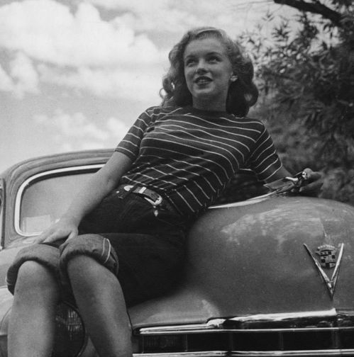 ONE-USE-ONLY-Marilyn-casually-dressed-in-a-T-shirt-and-rolled-up-jeans-leans-across-the-bonnet-of-a-Cadillac